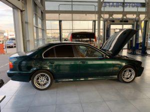 BMW E39 540 зеленая с открытым капотом