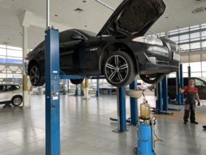 BMW 520 на подъемнике в автосервисе Motorwagen